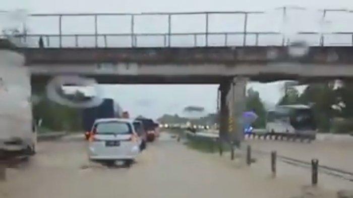 Tol Cipali KM 136 Tergenang Air Seusai Banjir Terjadi di Sejumlah Wilayah di Kabupaten Indramayu