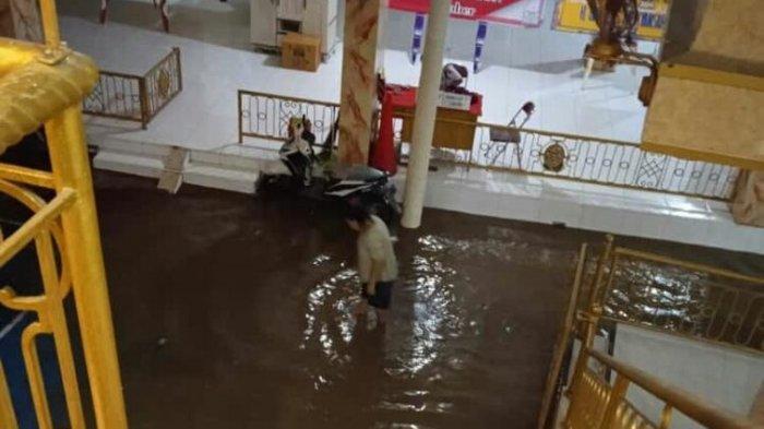 Hujan Deras Guyur Jember, Aliran Dua Sungai Meluap, Rumah Bupati Turut Terendam Banjir