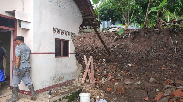 Terpaksa Mengungsi, Pemilik Rumah di Majalengka yang Rusak Diterjang Longsor Berharap Dapat Bantuan