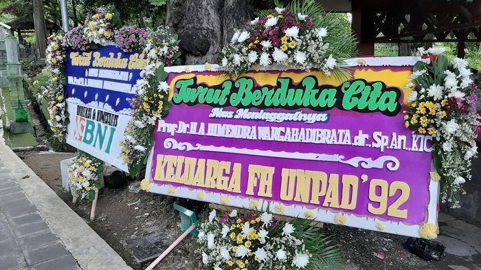 Karangan Bunga Ucapan Duka Cita Berjejer di Pemakaman Terakhir Himendra Wargahadibrata di Cirebon