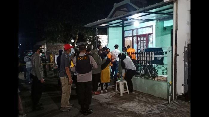 Istri Terduga Teroris Menangis Saat Densus 88 Geledah Rumah di Cangkuang, 2 Pria Diamankan
