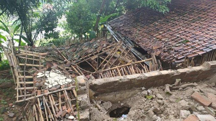 Tembok yang Sudah Lapuk Jadi Penyebab Rumah Roboh di Lemahsugih Majalengka