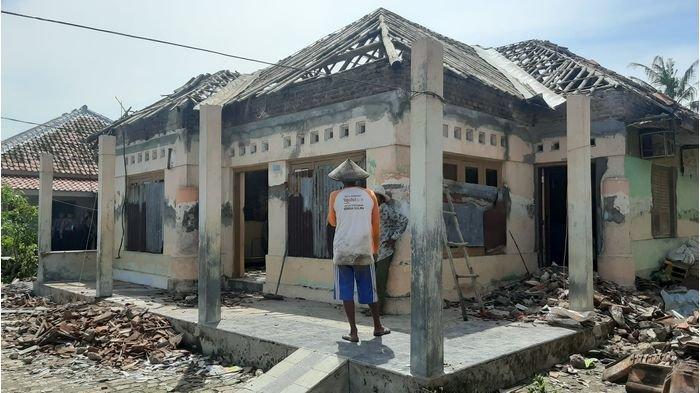 Kondisi rumah warga yang rusak akibat diterjang puting beliung diDesa Slangit, Kecamatan Klangenan, Kabupaten Cirebon, Senin (4/1/2021).