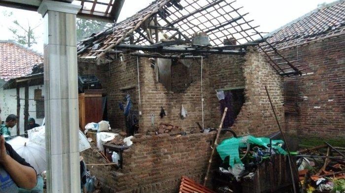 Angin Puting Beliung Tumbangkan Pohon, Terbangkan Atap, 20 Rumah Warga Desa Slangit Rusak Berat