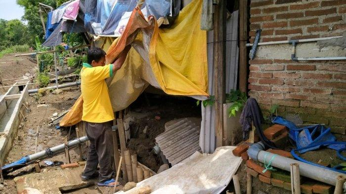 Akibat Amblesnya Tanah di Tanggul Sungai Cimanuk Indramayu, Rumah-rumah Warga Hancur Sebagian