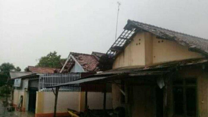 Rumah warga yang rusak usai diterjang angin puting beliung di Desa Sumbermulya, Kecamatan Haurgeulis, Kabupaten Indramayu, Minggu (3/1/2021)