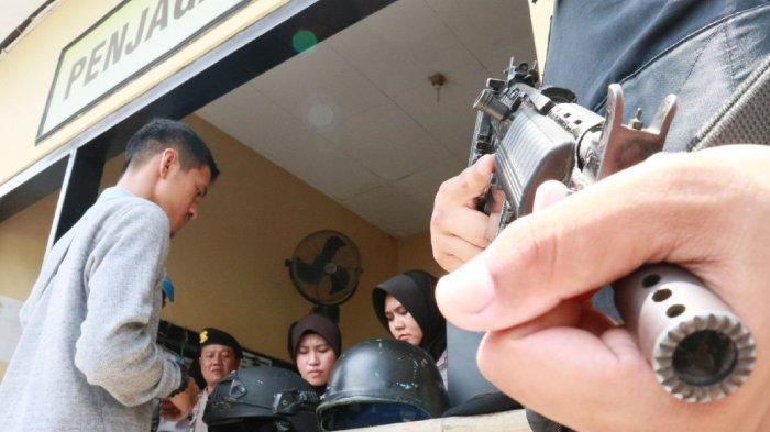 Personel Satuan Sabhara Bersenjata Pakai Rompi Antipeluru Jaga Ketat Markas Polres Cirebon
