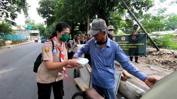 Saka Wira Kartika Kodim 0614/Kota Cirebon Bagikan Nasi Kotak Kepada Warga Terdampak Covid-19