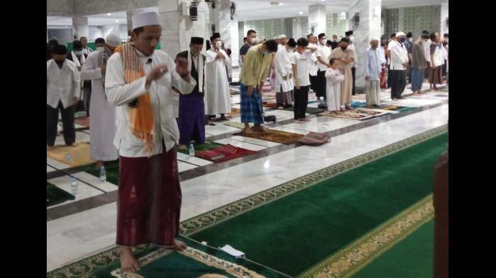 Salat Gerhana Bulan di Masjid Syiarul Islam Kuningan Diikuti Ratusan Jemaah