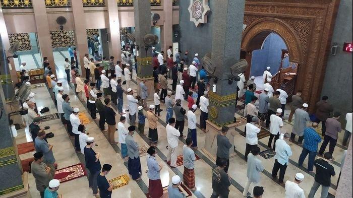 Salat Gerhana Bulan di Masjid Raya At-Taqwa Kota Cirebon Diikuti Puluhan Jemaah