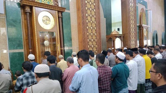 Ratusan Orang Tunaikan Salat Gerhana Matahari di Masjid Islamic Centre Indramayu