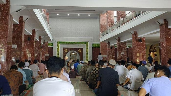 Masjid Agung Al-Imam Majalengka Tetap Gelar Salat Jumat saat PPKM Darurat Diberlakukan