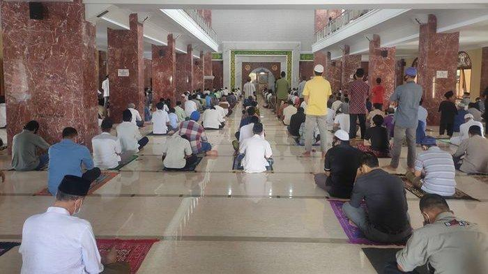 Warga Lebih Takut Allah, Padati Masjid Agung Al-Imam Majalengka Walau PPKM Darurat