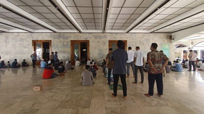 Warga Bersyukur Bisa Salat Jumat di Masjid Agung Indramayu Meski Azan dan Khutbah Tak Dikeraskan