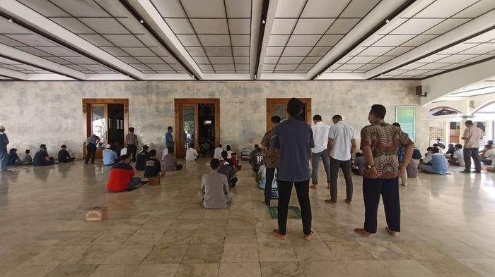 Ratusan Warga Bisa Salat Jumat Lagi di Masjid Agung Indramayu, Azan Pakai Audio Dalam Masjid