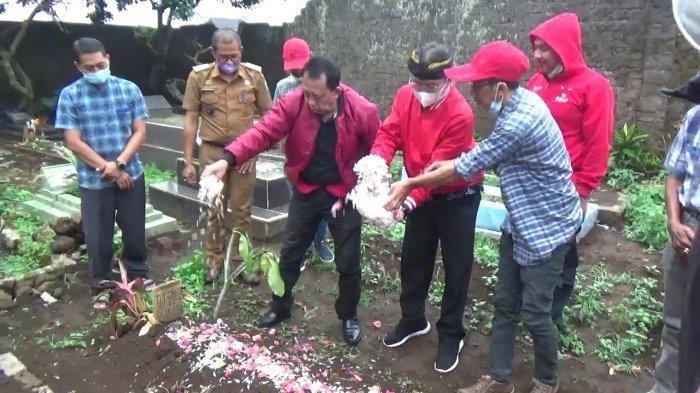 DPRD Subang Ziarah ke Makam Tuti dan Amalia Korban Pembunuhan Sadis, Sebut Menyulitkan Polisi