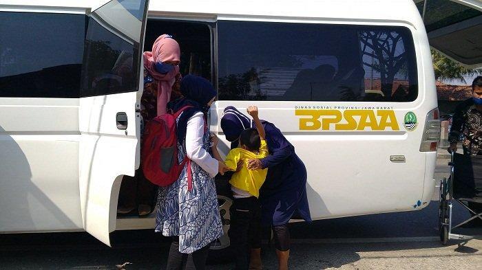 Refi Wirawan (15) dan Muhamad Septian (8) saat kembali pulang ke rumah mereka di Desa Karanganyar, Kecamatan Kandanghaur, Kabupaten Indramayu, Kamis (17/9/2020).