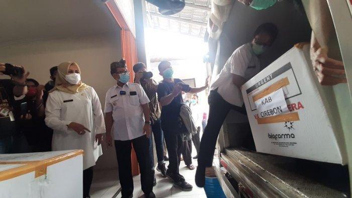 Vaksin Covid-19 Tiba di Kabupaten Cirebon, Bupati Turut Mengangkut Boks Vaksin ke Tempat Pendingin