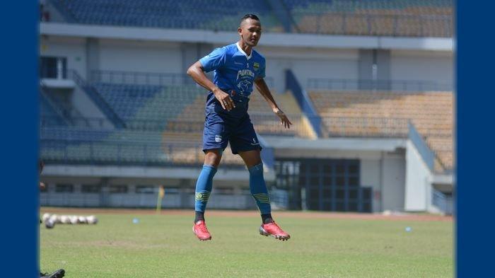 Sansan Fauzi Husaeni pemain trial saat mengikuti sesi latihan Persib Bandung di Stadion Gelora Bandung Lautan Api ( GBLA), Senin (21/6/2021),