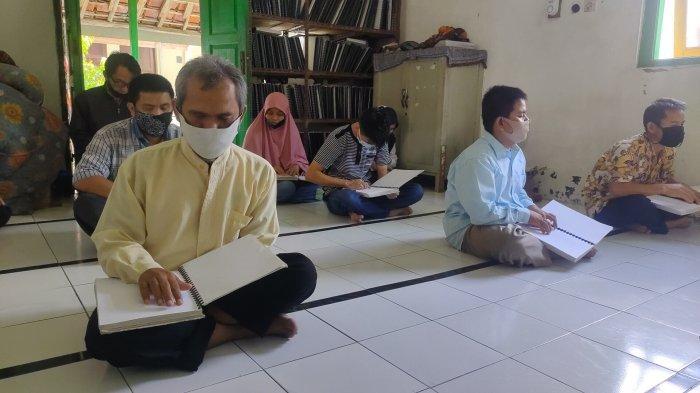 Para Santri Tunanetra di Majalengka Semangat Baca Alquran Braille di Bulan Ramadan