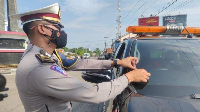 PPKM Darurat, Satlantas Majalengka Pasang Stiker Untuk Kendaraan Kritikal dan Esensial