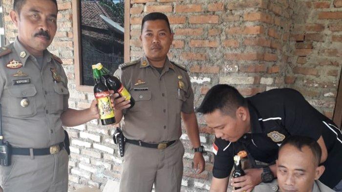 Dua Warung Miras di Anjatan Digerebek Satpol PP Indramayu, 78 Botol Miras dan 25 Liter Tuak Disita
