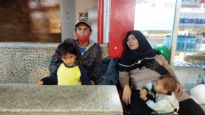 Foto Satu Keluarga Mudik Jalan Kaki dari Gombong ke Soreang Bandung, Nekat karena Suami di PHK