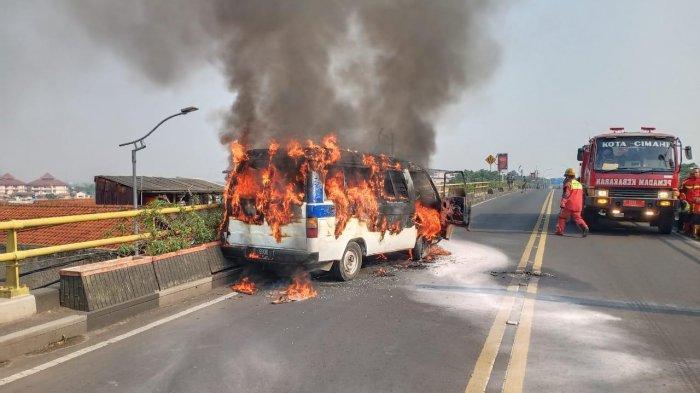 Mobil Angkutan Karyawan Terbakar di Flyover Cimindi, Korban Alami Luka Ringan