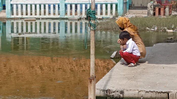 Kondisi SD Negeri Eretan Wetan II Indramayu yang dikepung banjir rob tak kunjung surut dalam 2 tahun terakhir, Senin (23/8/2021).