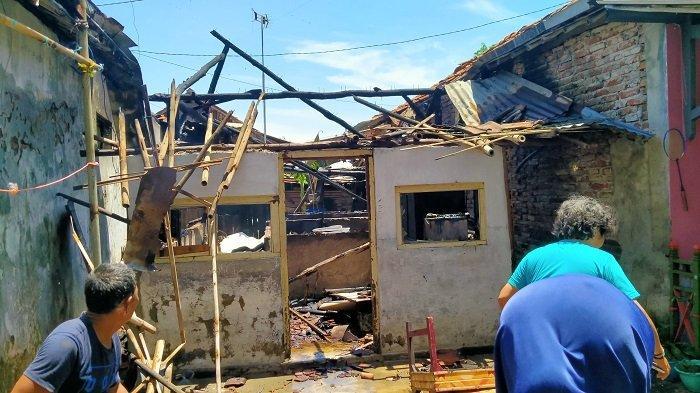 Suasana warga di lokasi tiga unit rumah yang terbakar di pemukiman padat penduduk di Jalan Ki Gendis Kelurahan Margadadi, Kecamatan/Kabupaten Indramayu, Kamis (10/9/2020).