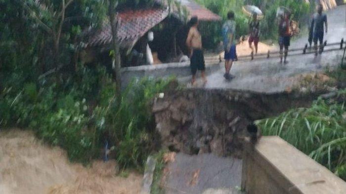 Selain Banjir di Luragung, Jembatan Penghubung di Desa Cipedes Kuningan Putus Akibat Diguyur Hujan