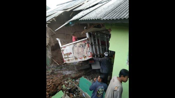 Istimewa Sebuah mobil truk menabrak madrasah yang menyebabkan dua orang meninggal dunia dan sejumlah santri luka - luka di Kampung Harendong, Desa Sindang Galih, Kecamatan Karangpawitan. Jumat (02/04/2021) petang
