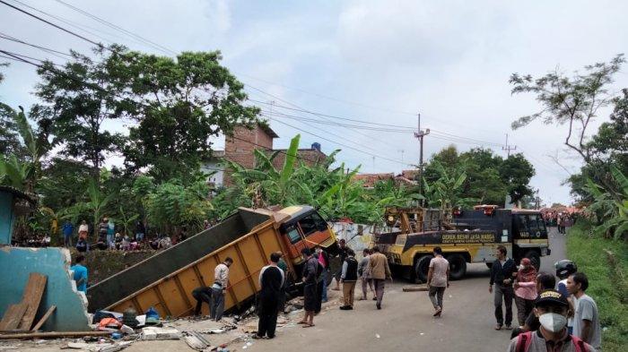 Sebuah mobil truk tronton bernopol E 9334 C menghantam bangunan rumah dan bengkel di Jalan Mohamad Toha, Kelurahan Ciporang -Kuningan, Senin (14/6/2021).