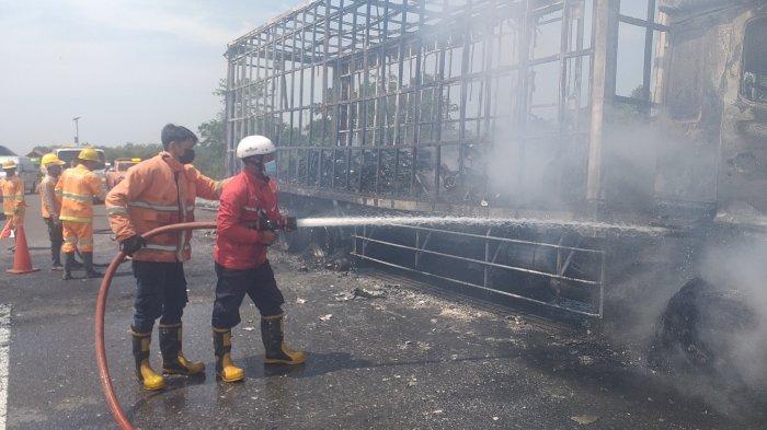 Kebakaran Terjadi di Tol Cipali KM 122, Truk Fuso Ekspedisi Terbakar Hebat, Puluhan Motor Hangus