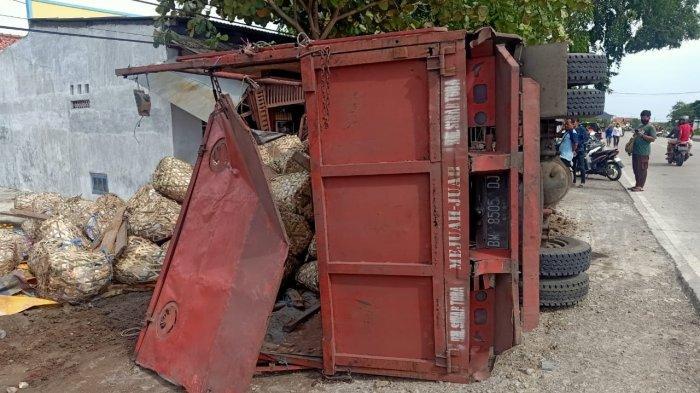 Polisi saat mengevakuasi kendaraan truck colt diesel bernopol BM 8505 DJ yang terbalik di Jalur Pantura di Desa ilir, Kecamatan Kandanghaur, Kabupaten Indramayu, Senin (11/1/2021).