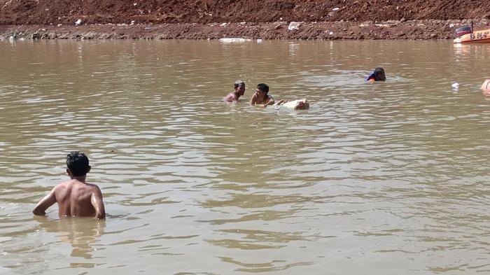 Warga saat melakukan upaya pencarian korban di Sungai di Desa Sukaperna, Kecamatan Tukdana, Kabupaten Indramayu, Senin (26/4/2021).