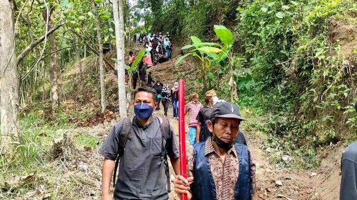 Kegiatan warga Desa Dukuhmaja di Kecamatan Luragung, Kabupaten Kuningan, Jawa Barat saat melaksanakan Sedekah Bumi di Bulan Mulud atau bulan Rabiul Awal, Minggu (10/10/2021).