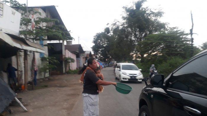 Ngaku Bantuan yang Didapat Tak Cukup, Pengungsi Banjir Mengemis di Jalan Ranggagede Karawang