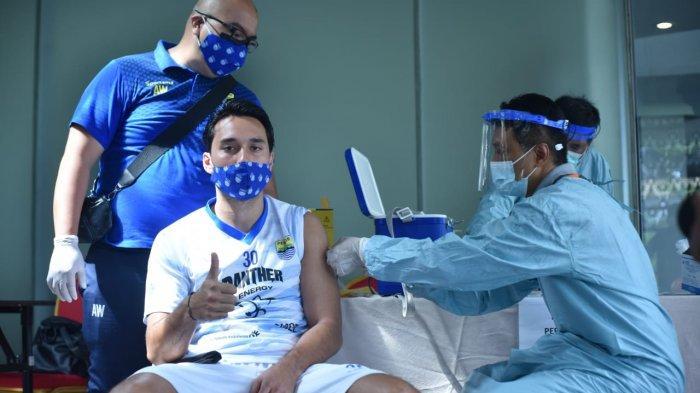 Sejumlah pemain, pelatih dan official Persib Bandung menjalani vaksinasi Covid-19 di hotel Sleman, Yogyakarta, Jumat (26/3/2021).