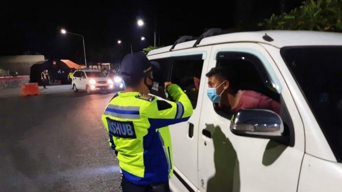 Demi Cegah Pemudik, Petugas Sahur di Check Point, Berdiri Berjam-jam Lakukan Pemeriksaan Kendaraan