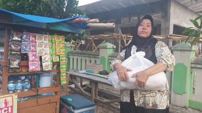 Baznas Majalengka Blusukan Bagikan Paket Sembako Kepada Warga Tak Terima Bantuan PPKM Darurat