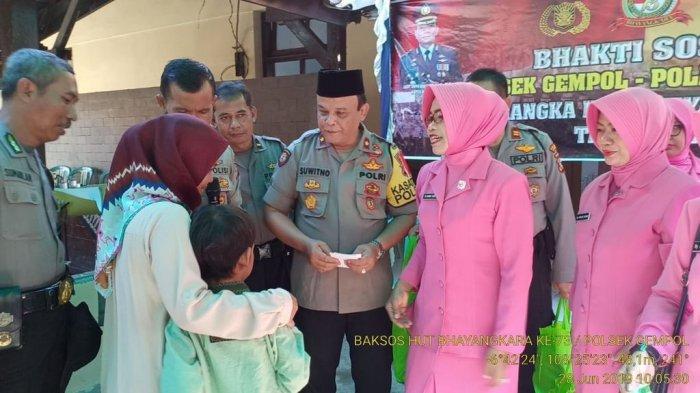 HUT Bhayangkara ke-73, Polsek Gempol Bagikan Paket Sembako Kepada Kaum Dhuafa