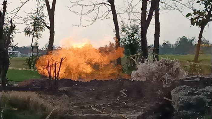 Semburan api di Desa Sukaperna, Kecamatan Tukdana, Kabupaten Indramayu, Sabtu (3/4/2021).