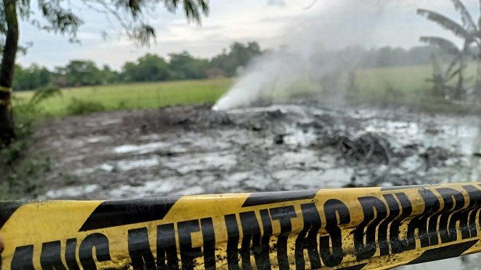 Petugas saat mengecek lokasi semburan gas liar yang kembali muncul di Desa Sukaperna, Kecamatan Tukdana, Kabupaten Indramayu, Senin (30/11/2020.