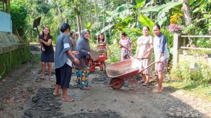 VIRAL Emak-emak Berdaster Gotong Royong Benerin Jalan Rusak di Pangandaran, Pake Pacul dan Sekop