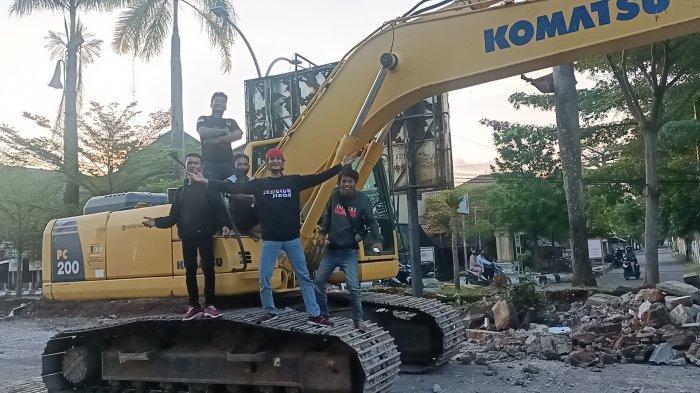 Warga Indramayu Senang Bupati Bongkar Pagar Alun-alun, Sampai Selfie Naik Alat Berat: Tak Ada Sekat