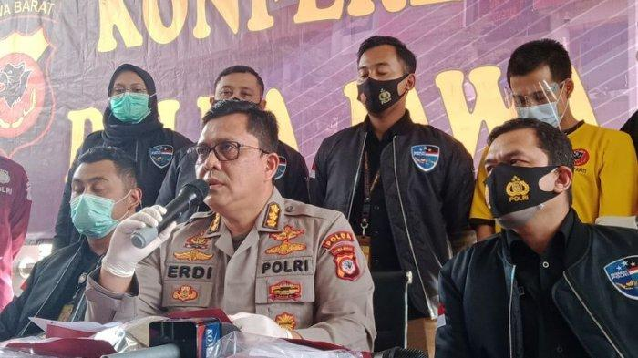 Kabid Humas Polda Jabar Kombes Erdi A Chaniago saat konferensi pers tentang kasus senjata api rakitan di Mapolda Jabar, Jalan Soekarno-Hatta Bandung, Kamis (26/11/2020).
