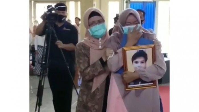 Mahasiswa Unwir Indramayu Ini Wafat 11 Hari Sebelum Wisuda, Tangis Ibunya Pecah Saat Ambil Ijazah