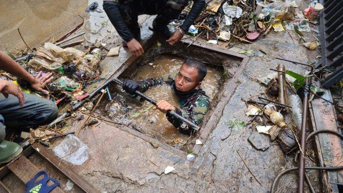 Keberanian Serka Eri, Anggota TNI Masuk Got Kotor Menyelam 5 Kali Ambil Sampah, Ada Bangkai Tikus