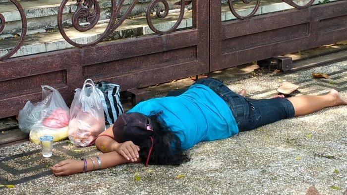 Seorang Wanita Tiba-Tiba Pingsan di Pagar Selatan Pemkab Cianjur, Diduga Kelelahan Belanja